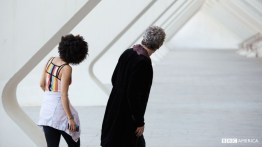 Doctor Who S10 E02 – Smile – The Doctor (PETER CAPALDI), Bill Potts (PEARL MACKIE) © BBC