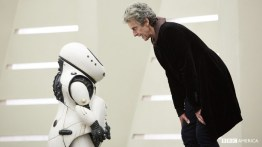 Doctor Who S10 E02 – Smile – The Doctor (PETER CAPALDI) and Emojibot © BBC